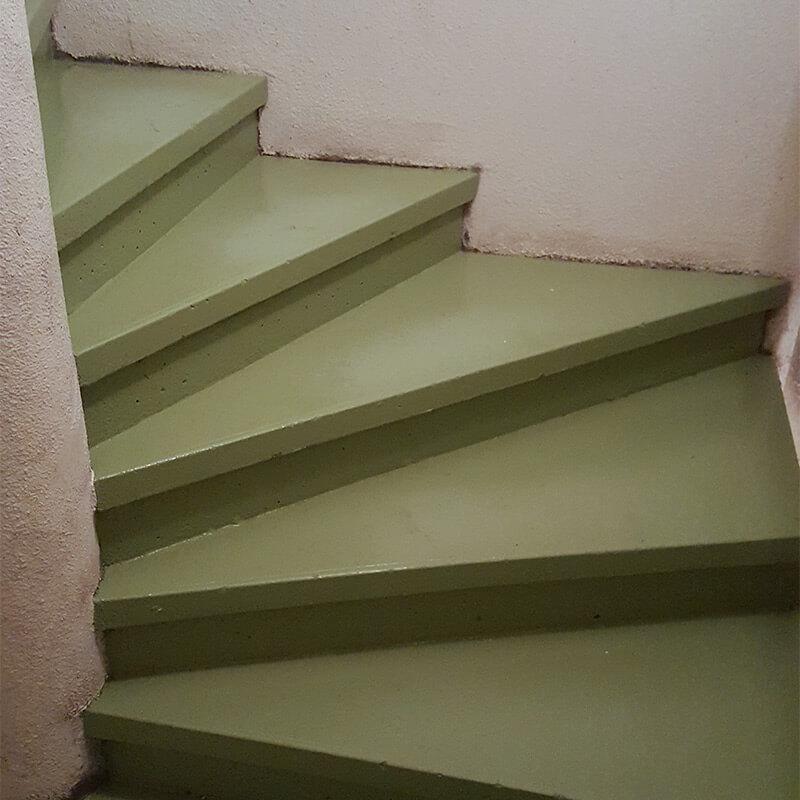 Escaliers de parking sous-terrain lavés par CCM Décapage à l'autolaveuse