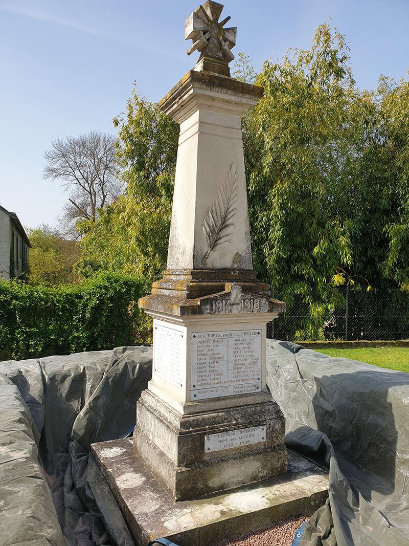 Monument aux morts avant le nettoyage par aérogommage