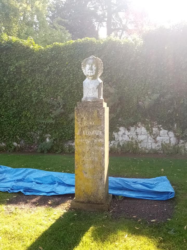 Statue sale et pleine de mousse