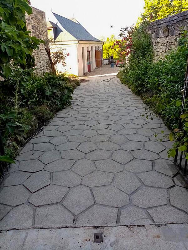 Chemin en pierre comme neuf après décapage très haute pression