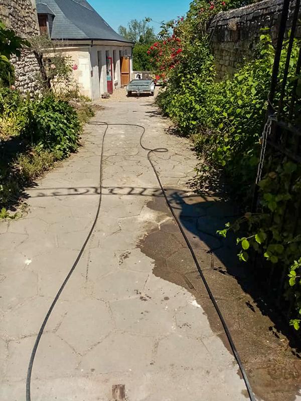 Chemin en pierre sale et délavé