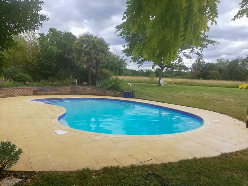 Tour de piscine propre après décapage