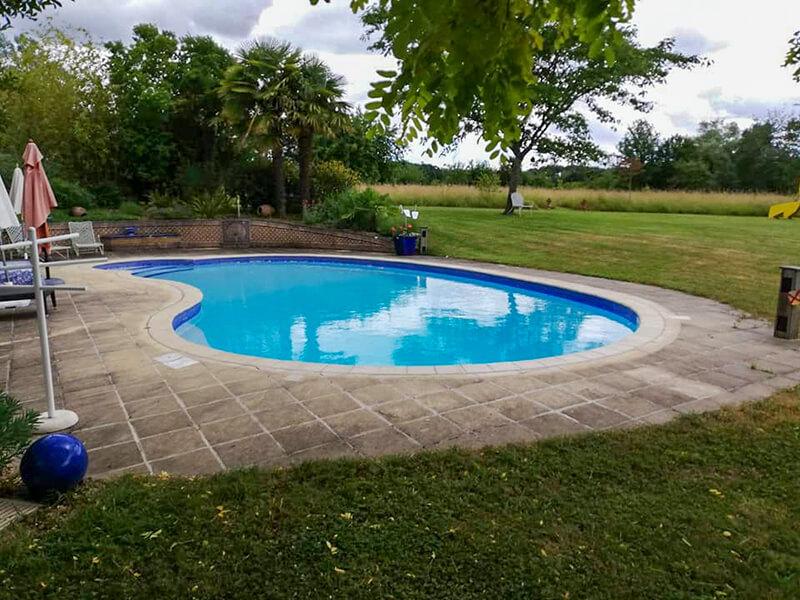 Tour de piscine sale et noircie